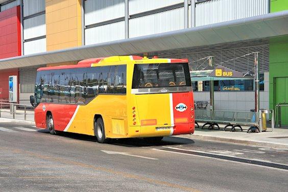 Linienbus am Flughafen